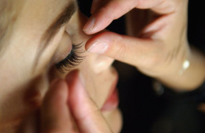 applying_false_eyelashes